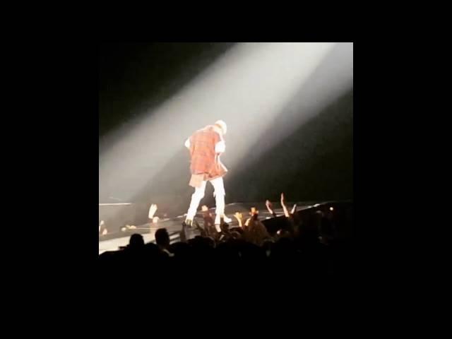 Justin Bieber se cayó del escenario durante un concierto