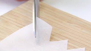 Schneid aus dem Backpapier kleine Ecken heraus. Die Gäste werden staunen.