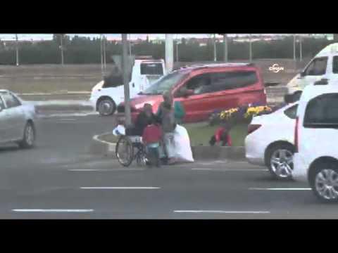 Küçük çocuk dilendi, tekerlekli sandalyedeki babası parayı aldı