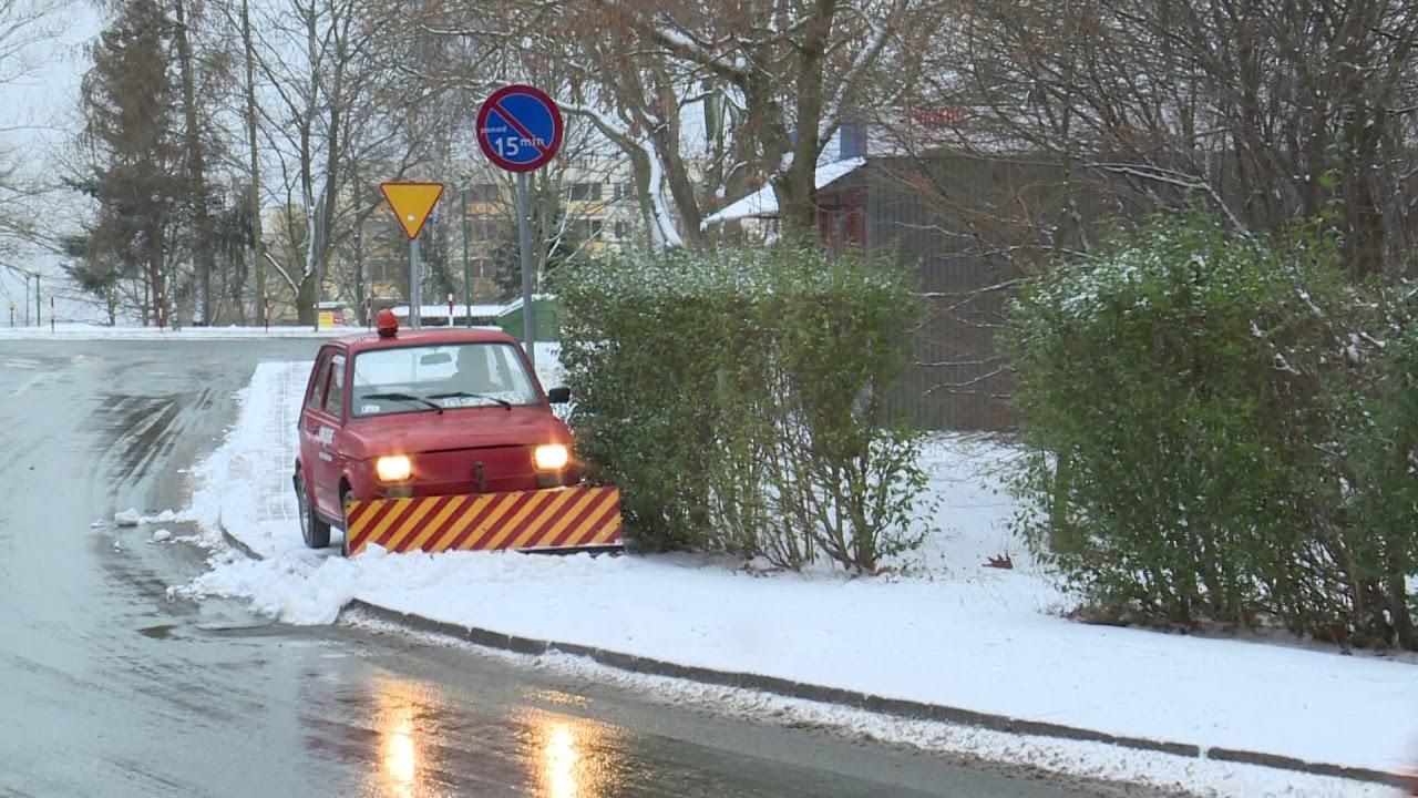 Maluch-pług walczy z zimą