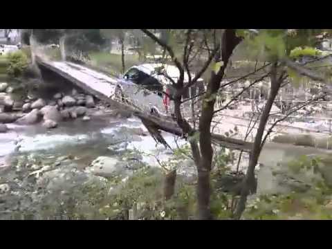 Rize'de otomobil asma köprüde kaldı