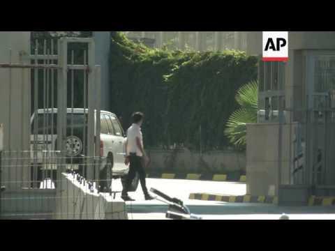 UN cars enter Syria as aid trucks wait at border