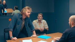 Коп играет сцену из известного фильма - Копы на работе - 1 сезон