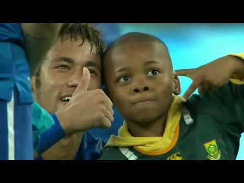 Neymar prend des photos avec le mini streaker South Africa vs. Brazil 0-5