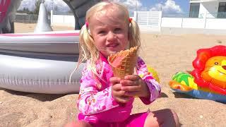 Катя и Дима покупают мороженое на пляже