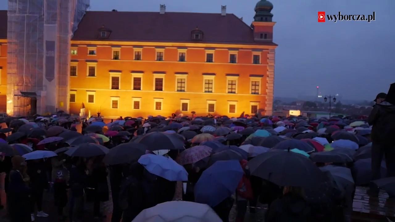 """""""Czarny wtorek"""" w rocznicę """"czarnego protestu"""". Warszawski strajk kobiet w obronie praw i godności"""