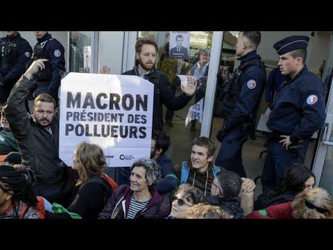 Hundreds of climate activists block access to Paris business quarter
