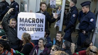 Hundreds of climate activists block access to Paris business quarter