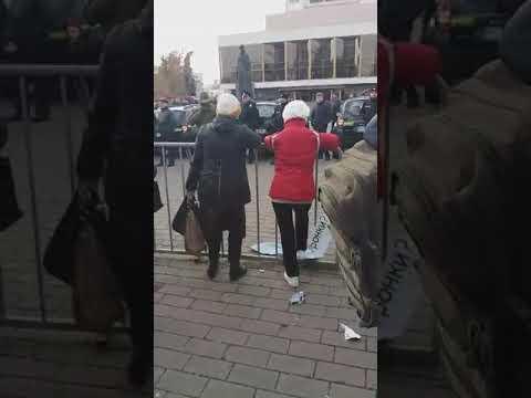 Волинські Новини: Прибічниця Порошенка порвала банер з питанням | Волинські Новини