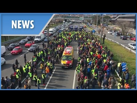 Taxi drivers block roads to protest Uber