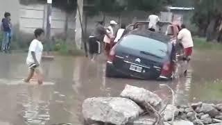 Video: quedó atrapado con su auto en una calle inundada y los vecinos lo socorrieron