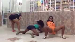 Mujeres desacata bailando pilonea