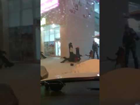 Драка в Перми у ТЦ Красава