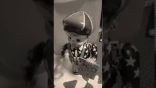 ブリキの人形が動く様子。