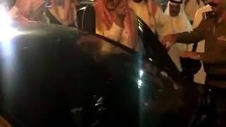 شاهد ردة فعل أمير حائل عندما رأى صحفي يصوره أثناء ركوب السيارة!