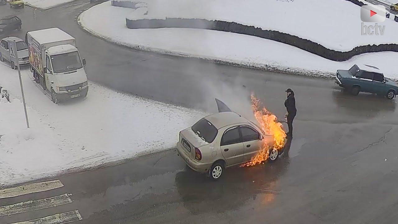 Гуртом гасили палаючий автомобіль 🚗🔥