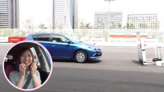 人気声優でタレントの飯田里穂さんが、新型オーリスに乗り、時速30km/h...