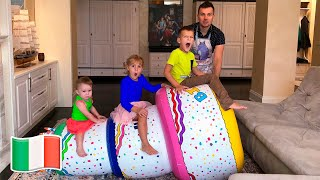 Cinque Bambini giocano con la torta di buon compleanno gigante