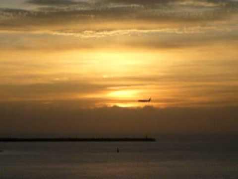 夕日の中を着陸態勢に入る旅客機