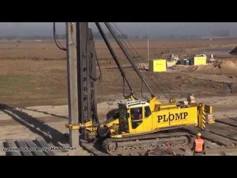 Plomp Heibedrijf Heipalen van 8 meter slaan | Pile Driving Junttan PM25 Heimachine | Hoogwatergeul