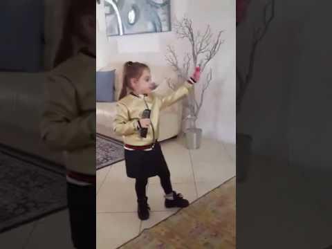 La piccola melissa che canta il brano chiamami di carmen zarra