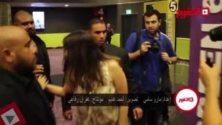 ياسمين عبدالعزيز تلتقط «سيلفي» مع جمهورها وسط الحراسات الخاصة