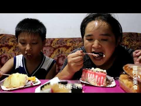 苗大姐30岁生日,儿子和侄女各送一个蛋糕,俩人吃到撑