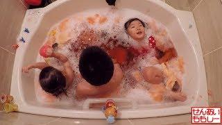 赤の泡風呂をつくってあそびました! ◇緑泡風呂 https://www.youtube.co...