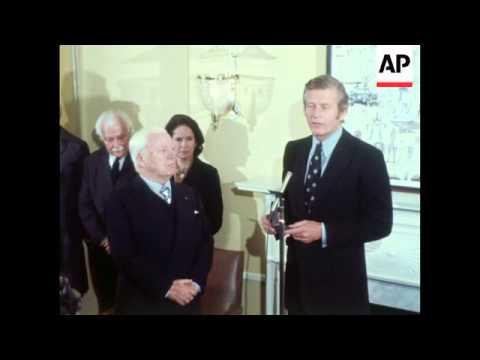 USA: Mayor John Lindsay presents Charlie Chaplin with handel medallion