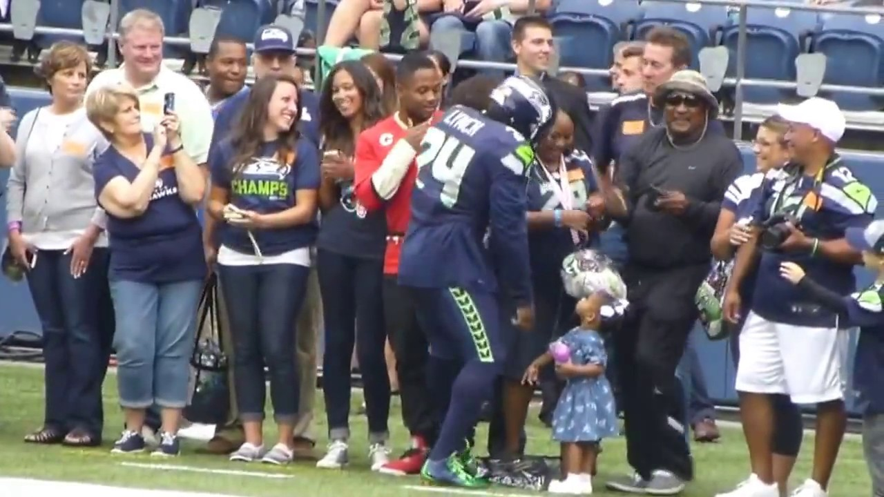 Marshawn Lynch Family >> Marshawn Lynch Visits The Earl Thomas Family On The Sideline