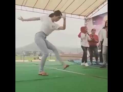 """VERY FUNNY !!! DANCE GIRL With DANGDUT MUSIC """"JARAN GOYANG"""""""