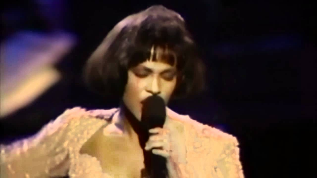 Whitney Houston-Greatest Love Of All(Live 1992) - YouTube