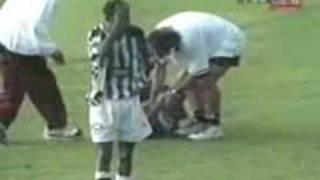 видео В 1998 году в Демократической Республике Конго во время футбольного...