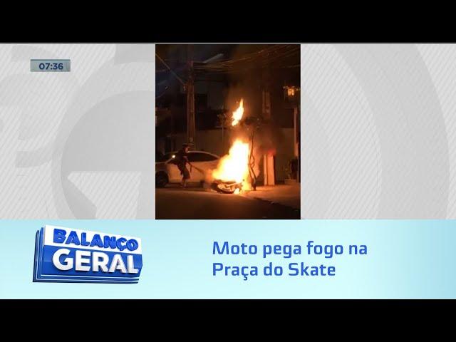Na Praça do Skate: Moto pega fogo e bombeiros são acionados para combater as chamas