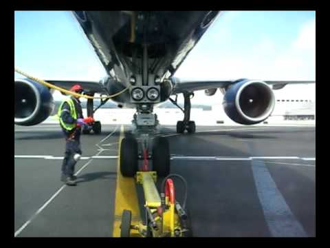 757 United Airlines Pushback at SFO with the fuel truck