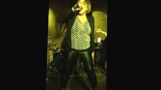 Annette Moreno cantando su tema Agridulce