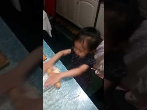 Ребёнок растёт. 2 года 7 мес. Готовит тесто.