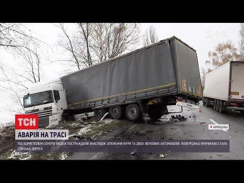 ТСН: Дві аварії неподалік Борисполя: фуру викинуло на узбіччя, а бус врізався в дерево