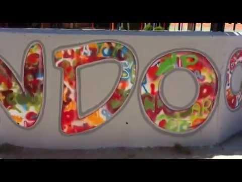 Una Frase En El Muro Exterior Da La Bienvenida Al Colegio Los Jarales