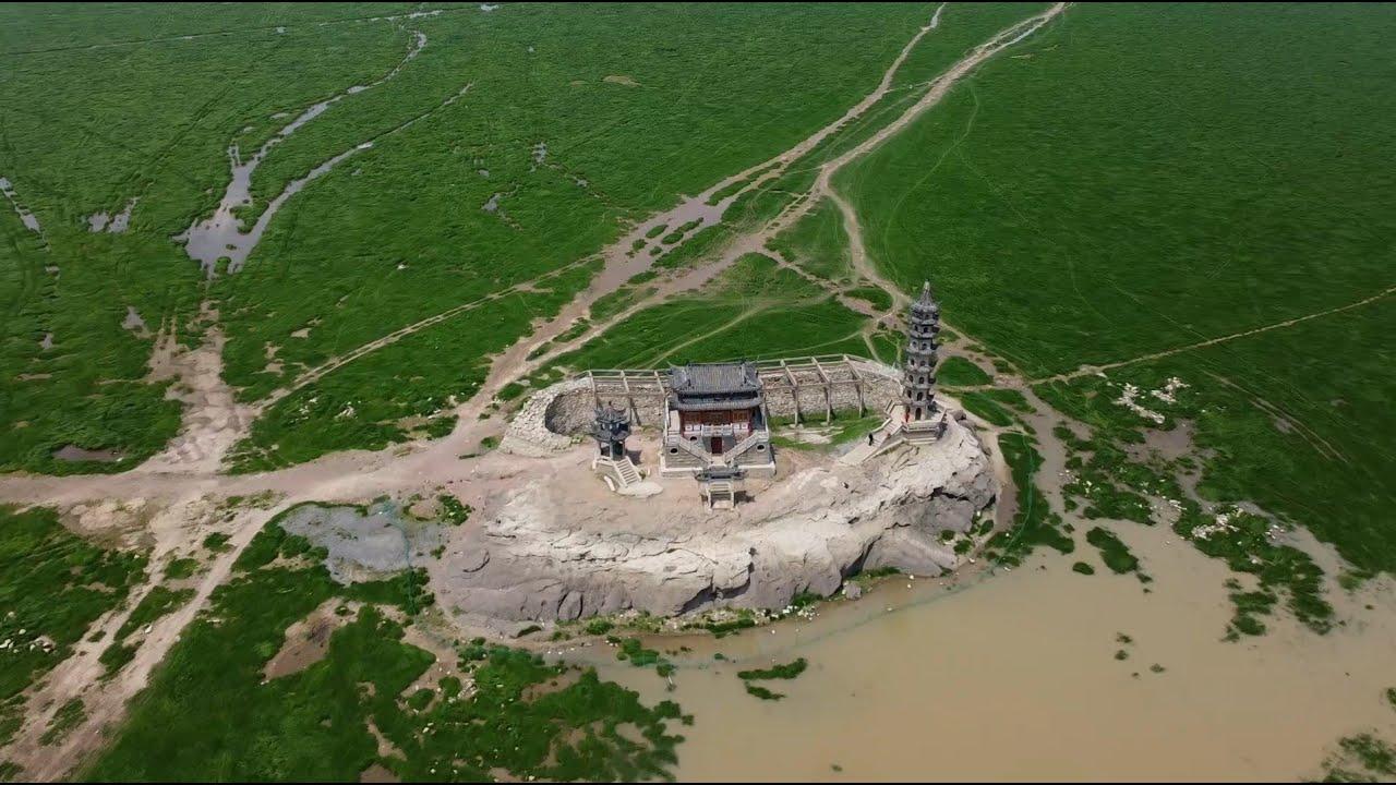 鄱阳湖水干涸了,湖中出现了一个巨石上面有一个古塔和庙
