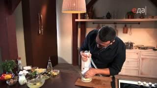 Суфле из трески с медово-горчичным соусом и запеченными помидорами