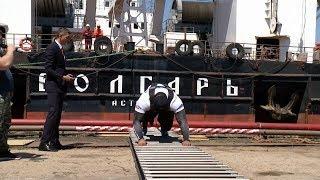 Тяжелоатлет Михаил Кокляев  протащил плавучий кран и установил рекорд в Астрахани