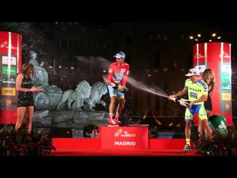 Rafał Majka nokautuje Fabio Aru na dekoracji Vuelta Espana 2015/ Majka KO's Aru