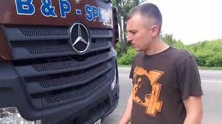 В Киеве парни представились Нацкорпусом и требовали деньги с водителей маршруток: видео очевидцев