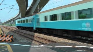 [HD] The Taiwan TRA train haul by GE E42C E200 E205 pass the Qiuchang Road level crossing