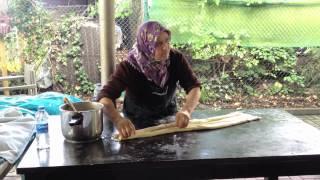 Herstellung von Filoteig (Handarbeit)