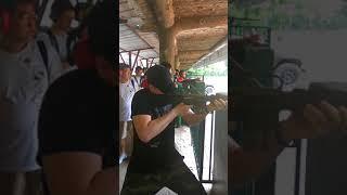 Миша стреляет из М-16 в тире при туннелях Ку-Чи