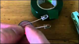 Подключение светодиодов к батарейке(Процесс от начала до завершения - подключение светодиодов к батарейке, используются подручные инструменты..., 2012-08-23T06:50:41.000Z)