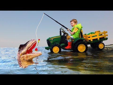 Лёва весело едет на Большом тракторе ловить динозавров и игрушечные машинки