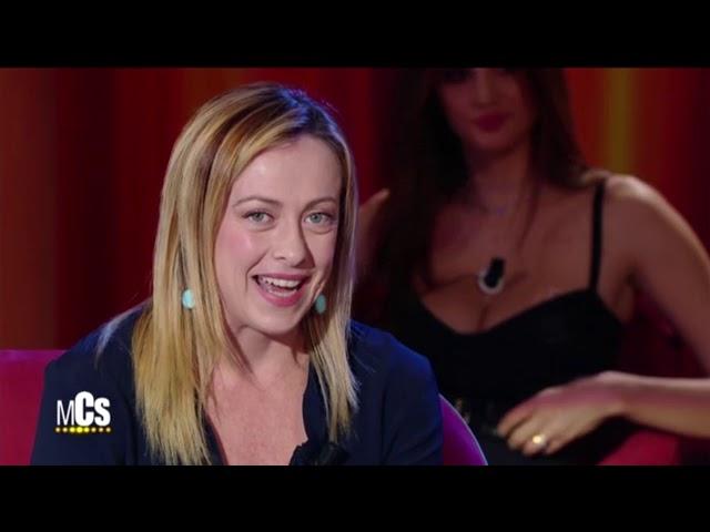 Giorgia Meloni al Maurizio Costanzo show intervistata da Costanzo con accoglienza emozionante